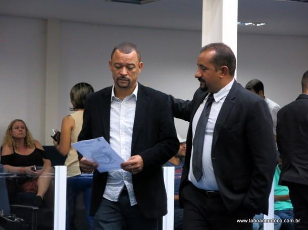 Professor Moreira (esq) ganhar cargo na mesa diretora em compensação a descumprimento de acordo de grupo de vereadores.