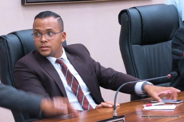Sem conseguir suspender votação, Daniboy vota contra parecer do TCE, que rejeitou as contas do ex-prefeito Chico Brito.
