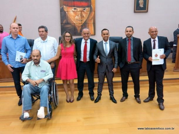 Após votarem contra as contas do Chico Brito, vereadores posam para fotos no plenário da Câmara de Embu das Artes.