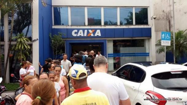 Clientes fazem fila em frente a Caixa da Rua do Tesouro.