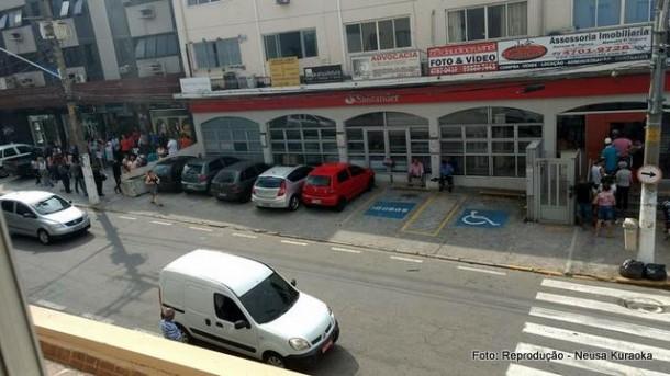 Moradora de Taboão da Serra registra a fila em dois locais de pagamento: casa lotérica e agência do Santander.