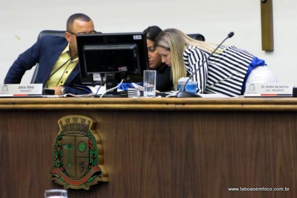 Presidente Joice Silva consulta procuradora da Câmara para saber se o projeto da reorganização necessita de segunda votação.