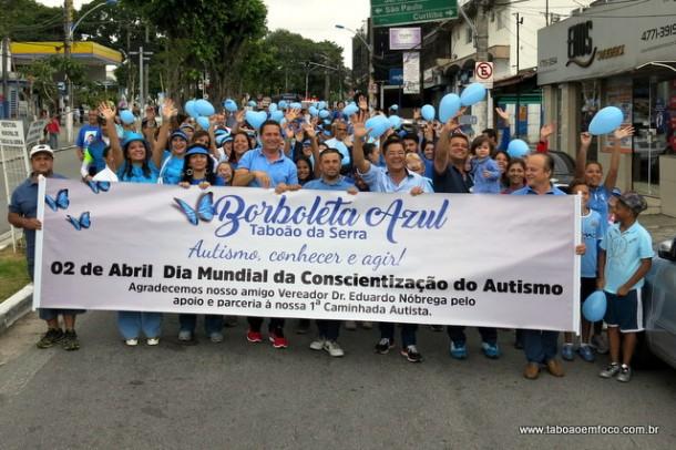 Vestidos de azul, centenas de taboanenses caminham no Dia Mundial do Autismo.