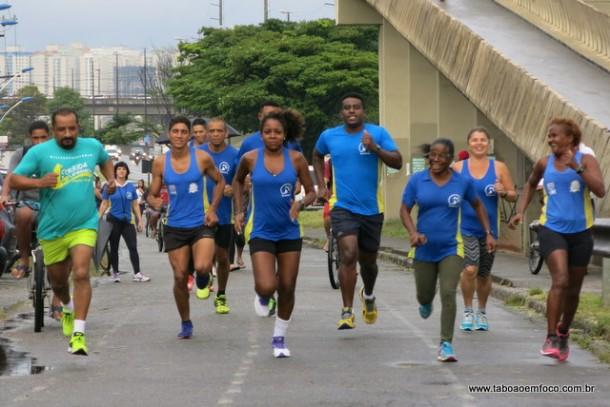 Luciana Mara puxa o ritmo de treinamento em rua paralela a Rodovia Régis Bittencourt. Há poucos dias, ela venceu a corrida de rua de Itu, de 6 km.