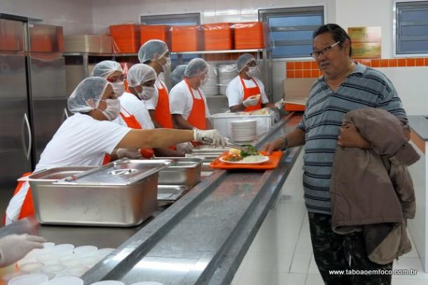 O senhor Lúcio Pereira saiu do Centro de Taboão para conhecer o Bom Prato, que fica na região do Pirajuçara.