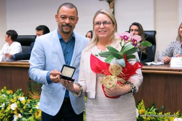 Luzia Aprígio recebe Medalha Laurita Ortega Mari do vereador Professor Moreira.