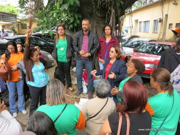 Após a reunião, Lucélia (de verde) e o vereador Professor Moreira alinham os próximos passos para agilizar as documentações para da início a construção de 500 apartamentos no Jardim Salete.