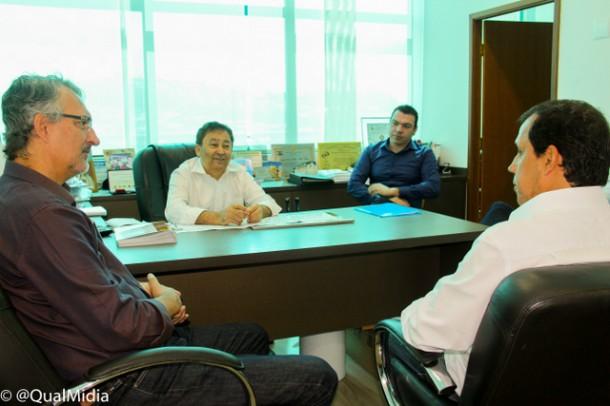 Jorge Lapas, ex-prefeito de Osasco é recebido por Aprígio na sede da Cooperativa Habitacional Vida Nova.