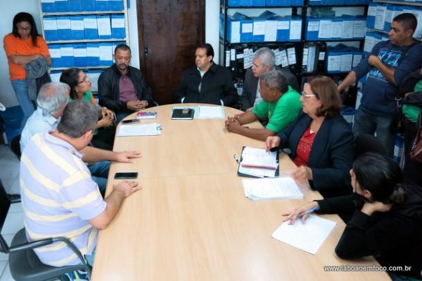 Reunião na Secretaria de Obras de Taboão da Serra entre representantes de projetos de moradia e técnicos da Prefeitura.