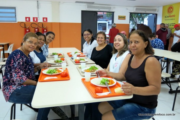 Elas trabalham na escola, localizada ao lado da unidade, e aprovaram a refeição do Bom Prato de Taboão da Serra.