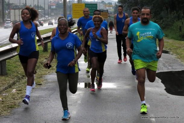 Maria Auxiliadora, ao centro, treina ao lado do vereador Cido e outros atletas que vão disputar a Corrida do Trabalhador.