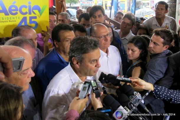 Após pedir votos em Taboão da Serra, Aécio Neves dá entrevista coletiva ao lado do governador Geraldo Alckmin e com o prefeito Fernando Fernandes ao fundo (de azul). (Foto: Arquivo)