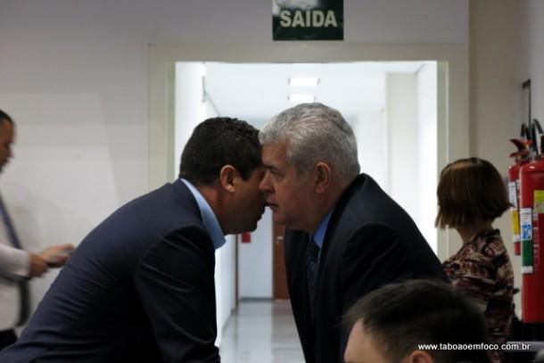 Líder do governo Eduardo Nóbrega e secretário de governo Cândido Ribeiro conversam após requerimento de governistas.