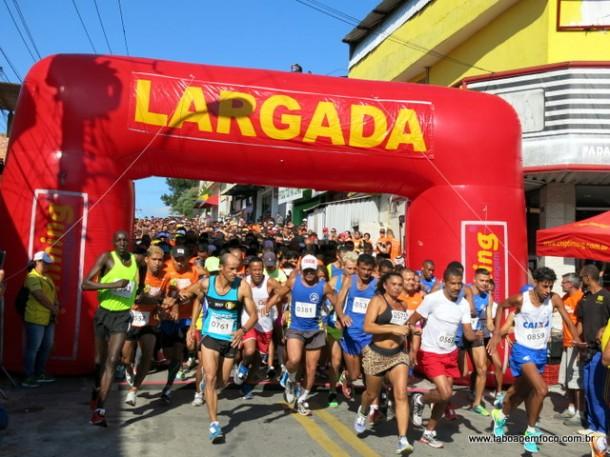 Largada reuniu atletas amadores e profissionais na Corrida do Trabalhador de Taboão da Serra em 2017