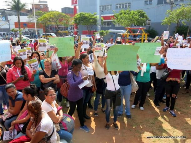 Servidores da educação protestam durante inauguração do Bom Prato