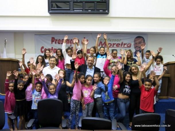 Entre as crianças, o vereador Moreira e o ex-vereador Aprígio.