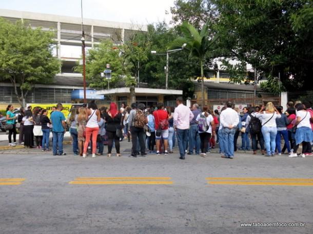 Em frente a Prefeitura de Taboão da Serra, servidores protestam por reajuste salarial.