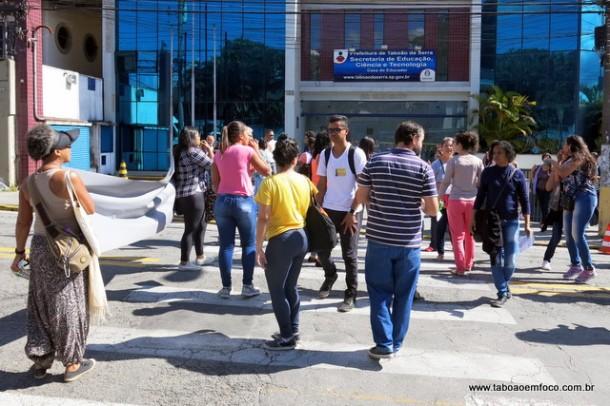 Servidores protestam em frente na Secretaria de Educação de Taboão da Serra.