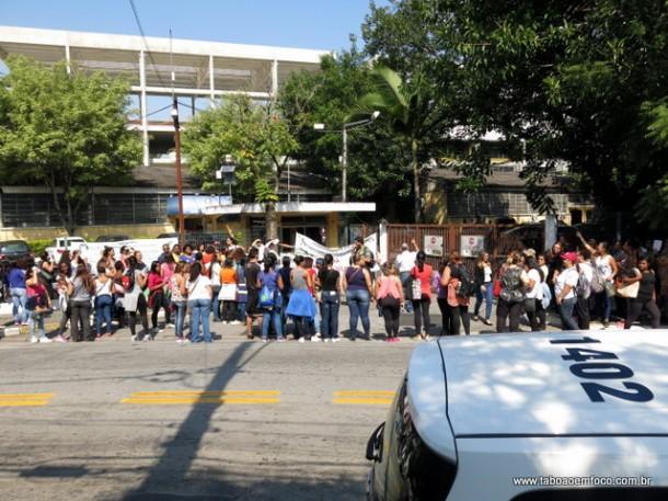 Grupo de servidores em greve protestam em frente a Prefeitura e pedem negociação com o prefeito Fernando Fernandes.