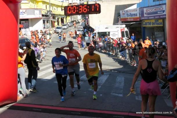 Competidores cruzam a linha de chegada na Corrida do Trabalhador