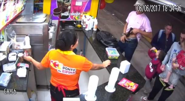 PM baiana prende homem que seria o bandido filmado roubando sorveteria no Pirajuçara no dia 6 de junho. (Foto: Reprodução)