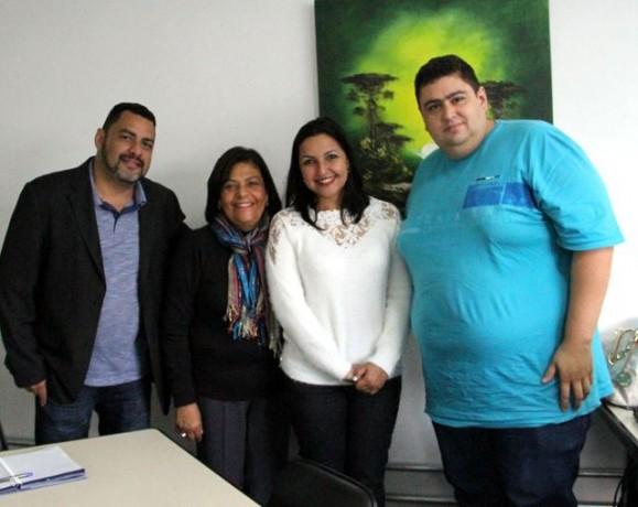 Presidente da Câmara, Joice Silva, esteve na diretoria de ensino de Taboão junto com integrantes da Escola do Legislativo. (Foto: DIvulgação / CMTS)