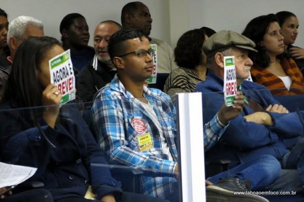 Servidores em greve acompanham sessão na Câmara de Taboão da Serra após lerem carta pública.