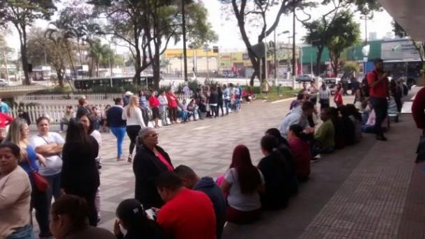 Manifestantes reunidos na Praça Nicola Vivilechio, no centro de Taboão da Serra. (Foto: Reprodução)