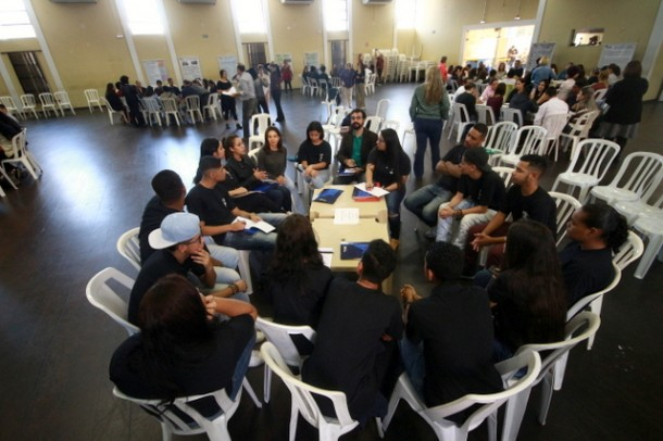Adolescentes foram divididos em grupo cada qual com um diretor de UBS para traças as ações que podem ser desenvolvidas dentro do programa (Foto: Ricardo Vaz / PMTS)