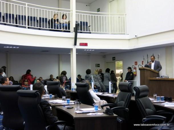 Servidores vão embora após ouvir discursos dos vereadores de Taboão em apoio a decisão do prefeito de não conceder dissídio.