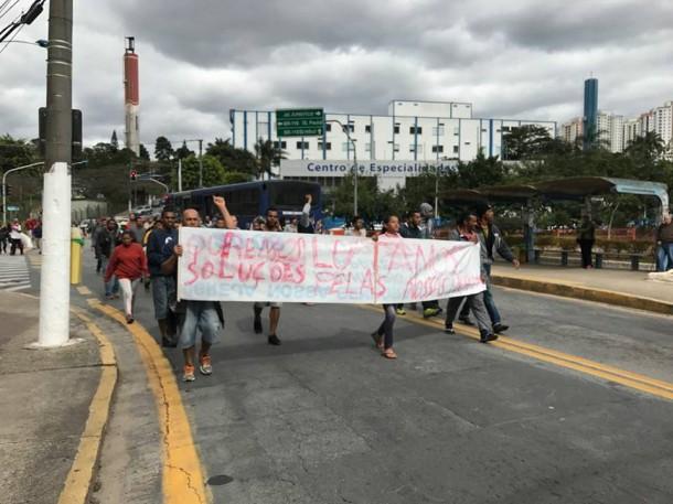 Manifestantes de área ocupada - que eles afirmam pertencer a São Paulo - protestam em Taboão da Serra. (Foto: Reprodução / O Grito Taboão)
