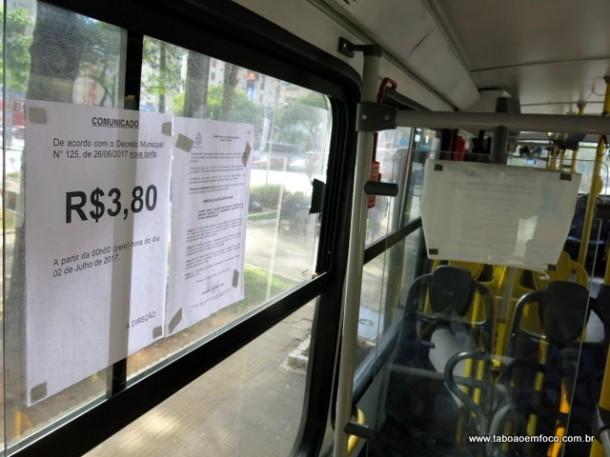Cartaz em ônibus anuncia o valor da nova tarifa em Taboão da Serra.