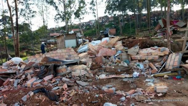 Após moradores desocuparem área, máquinas derrubaram os barracos construídos no local.
