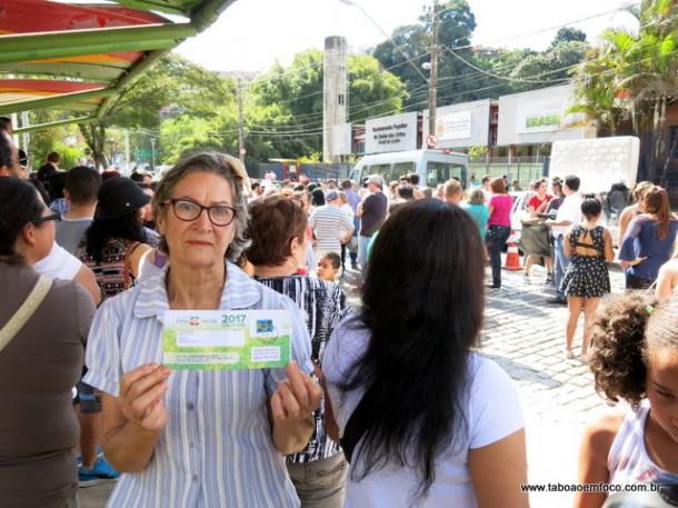 Moradora critica Taxa do Lixo durante protesto em frente a Prefeitura de Embu das Artes.