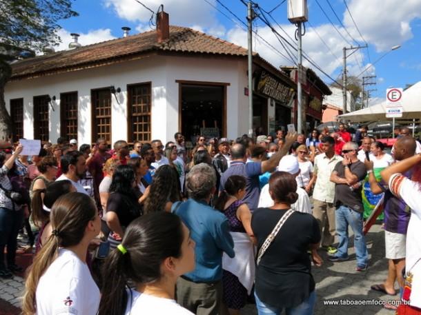 Na entrada da tradicional feirinha, manifestantes protestaram contra a criação da Taxa do Lixo.