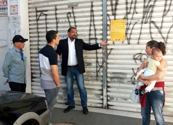 Vereador Cido conversa com usuários do transporte, que não sabiam do fechamento do posto do Cartão Bom. (Foto: Divulgação)