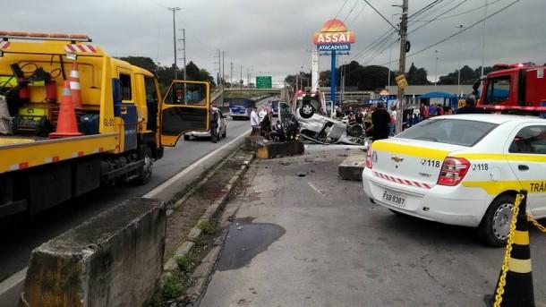 Apesar do susto, os três ocupantes do veículo que se acidentou na Régis Bittencourt não ficaram com ferimentos graves. (Foto: Reprodução)