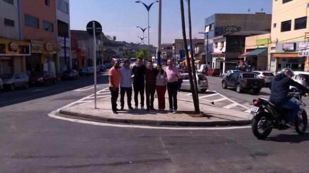 Vereadores de Taboão visitam novo retorno no final da Avenida Fernando Fernandes, conversam com a população e comerciantes que aprovaram a obra. (Foto: Divulgação)
