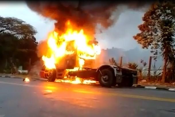 Caminhão foi tomado por fogo no início da manhã desta terça (15). (Foto: Fernando - Leitor do Taboão em Foco)