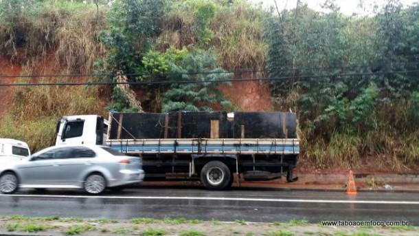 Caminhão interdita faixa da direita na Av. Francisco Morato