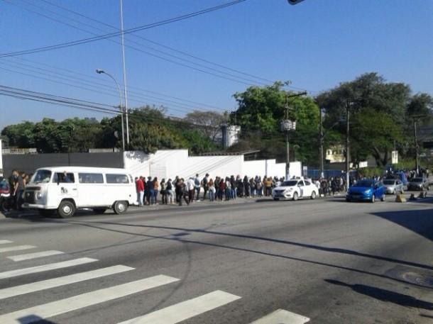 Centenas de trabalhadores enfrentam fila em busca de emprego em Taboão da Serra. (Foto da leitora Mari Lee Mah)