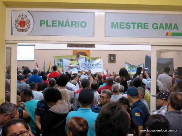Plenário da Câmara de Embu das Artes lotada por pessoas contra e a favor da Taxa do Lixo, criada por Ney Santos.