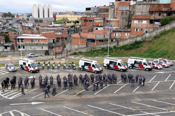 Polícia Militar se concentra na região do Jardim Record, em Taboão da Serra, minutos antes da operação.