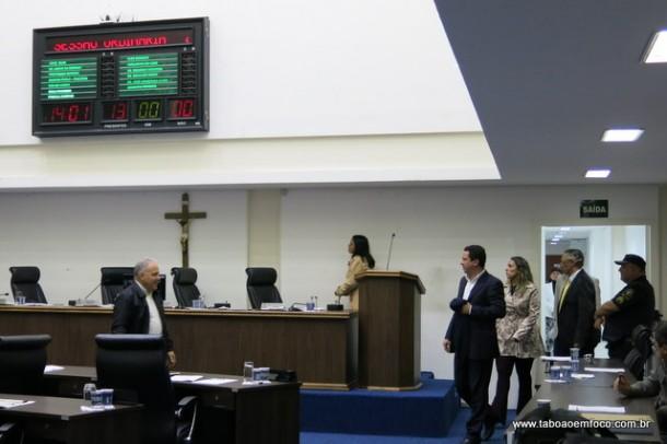 Quando o tempo acabou e não dava para votar projeto do prefeito, os vereadores saíram da sala de reunião e encerraram a sessão.