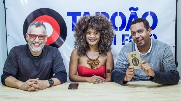 Poetisa Thata Alves durante entrevista ao Taboão em Foco com Wladimir Raeder (esq.) e Allan dos Reis.