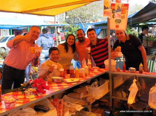 Depois do corpo a corpo com moradores e comerciantes, vereadores comem pastel da feira do Pirajuçara.