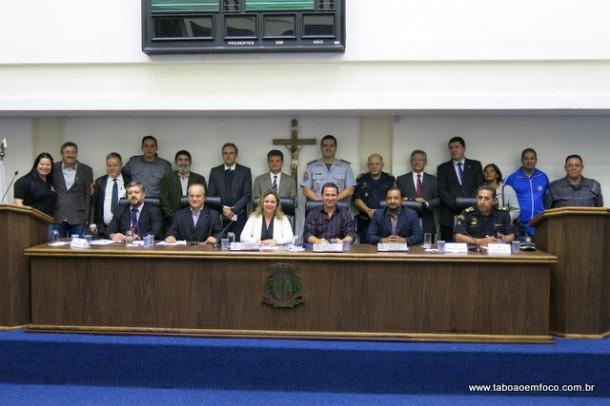 Autoridades policiais e políticas posam para foto após audiência.