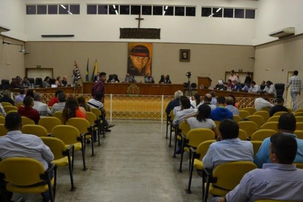 Com 10 votos a favor e cinco contra, vereadores de Embu das Artes aprovam a criação da Taxa do Lixo. (Foto: Comunicação CMETEA)