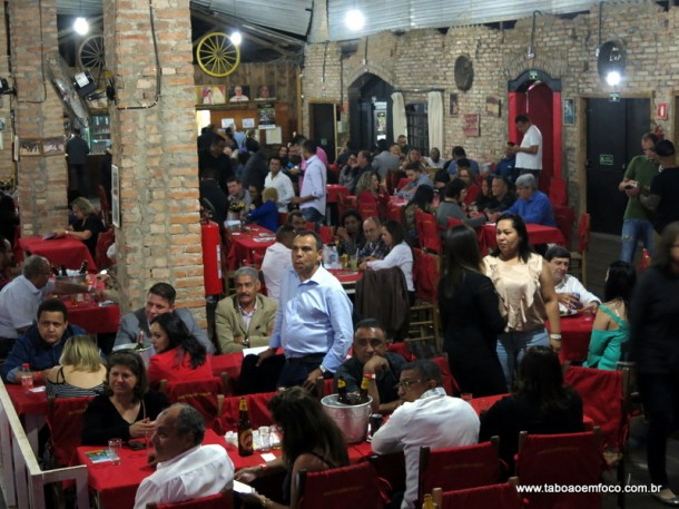 Corretores durante jantar em Embu das Artes no dia 6 de setembro.