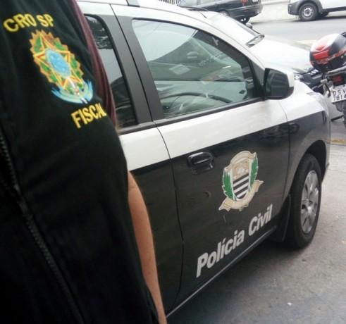 CROSP flagra duas pessoas exercendo a profissão de dentista irregularmente em Taboão da Serra. Caso foi registrado no 2º DP. (Foto: Divulgação / Crosp)